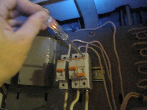 Фото 18. С помощью индикаторной отвёртки электрик определил, что на центральном (вводном) контакте автомата напряжение есть.