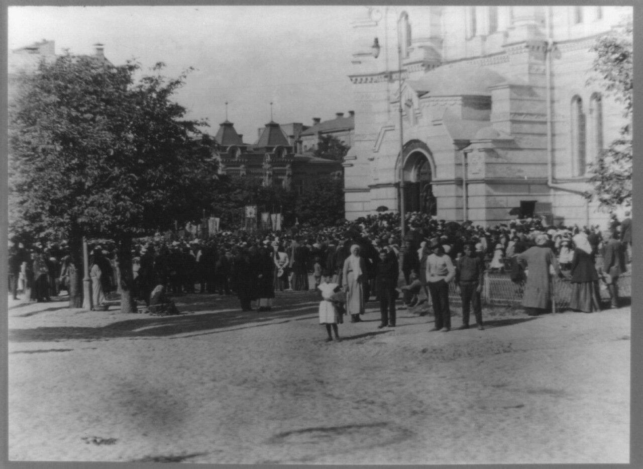 Перед церковью Св. Владимира во время богослужения