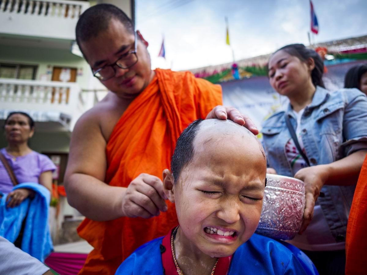 Больно мне, больно!: Процесс обривания юного тайского монаха
