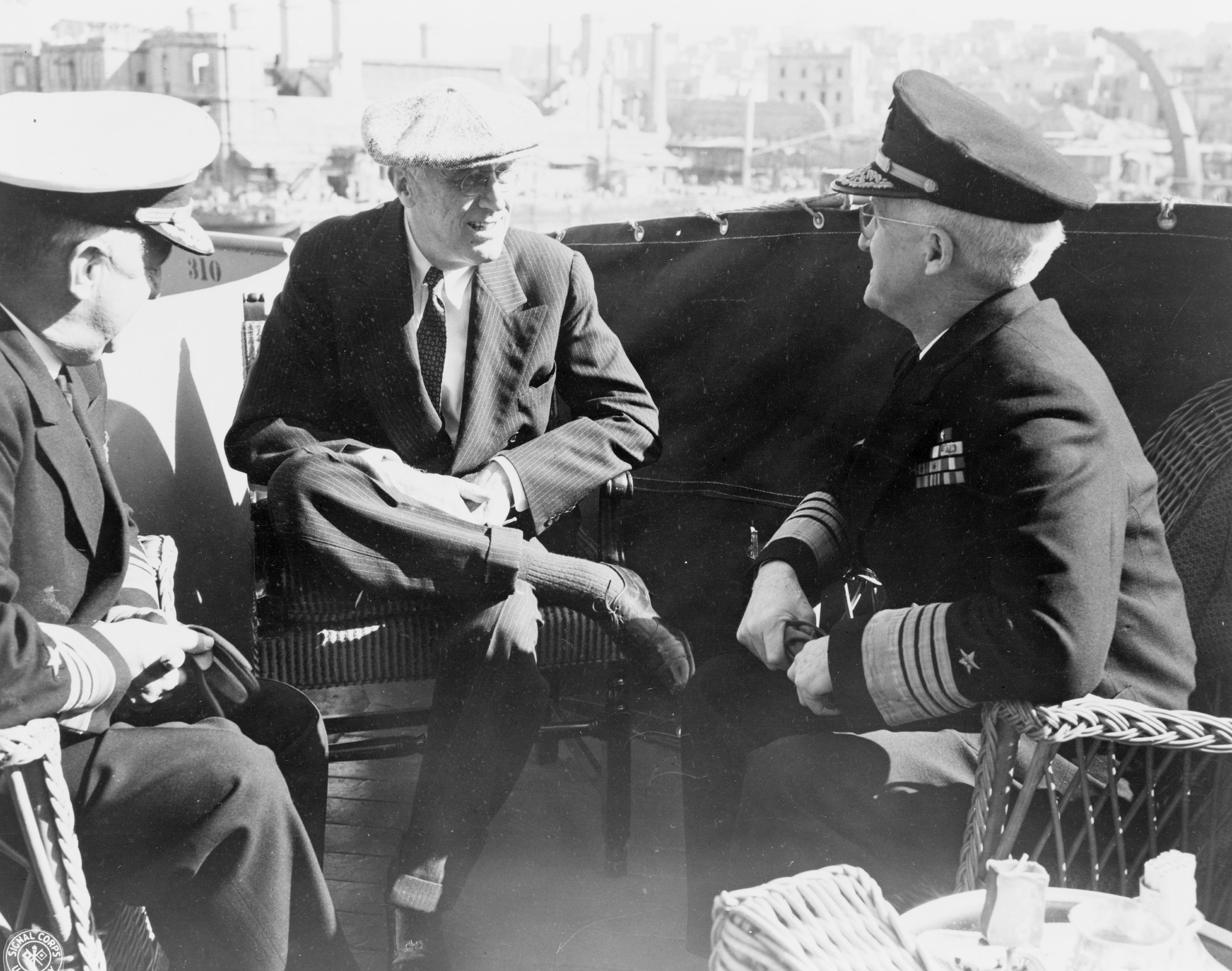 Вице-адмирал Х. Кент Хьюитт, президент Ф.Д.Рузвельт и адмирал Гарольд Р. Старк на борту военного корабля