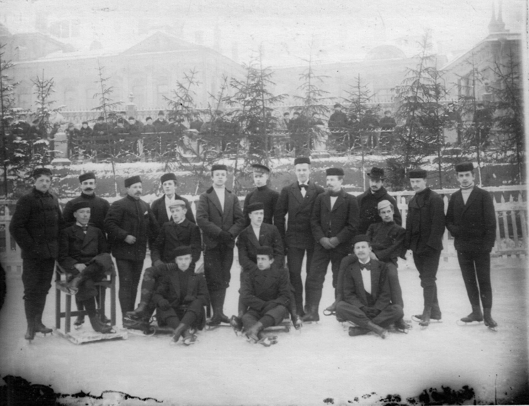 29. Группа мужчин на катке в Юсуповом саду