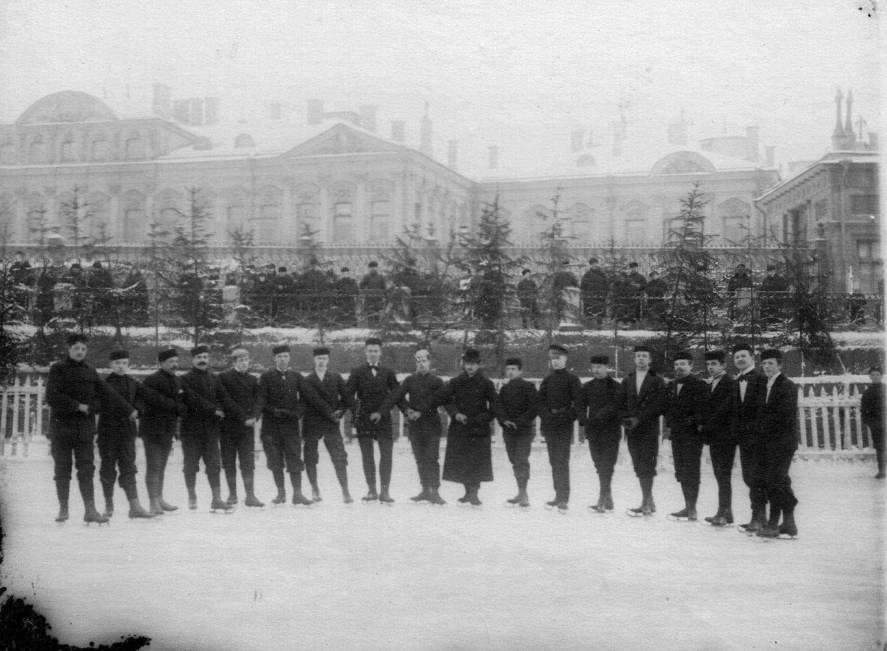 30. Группа мужчин на катке в Юсуповом саду