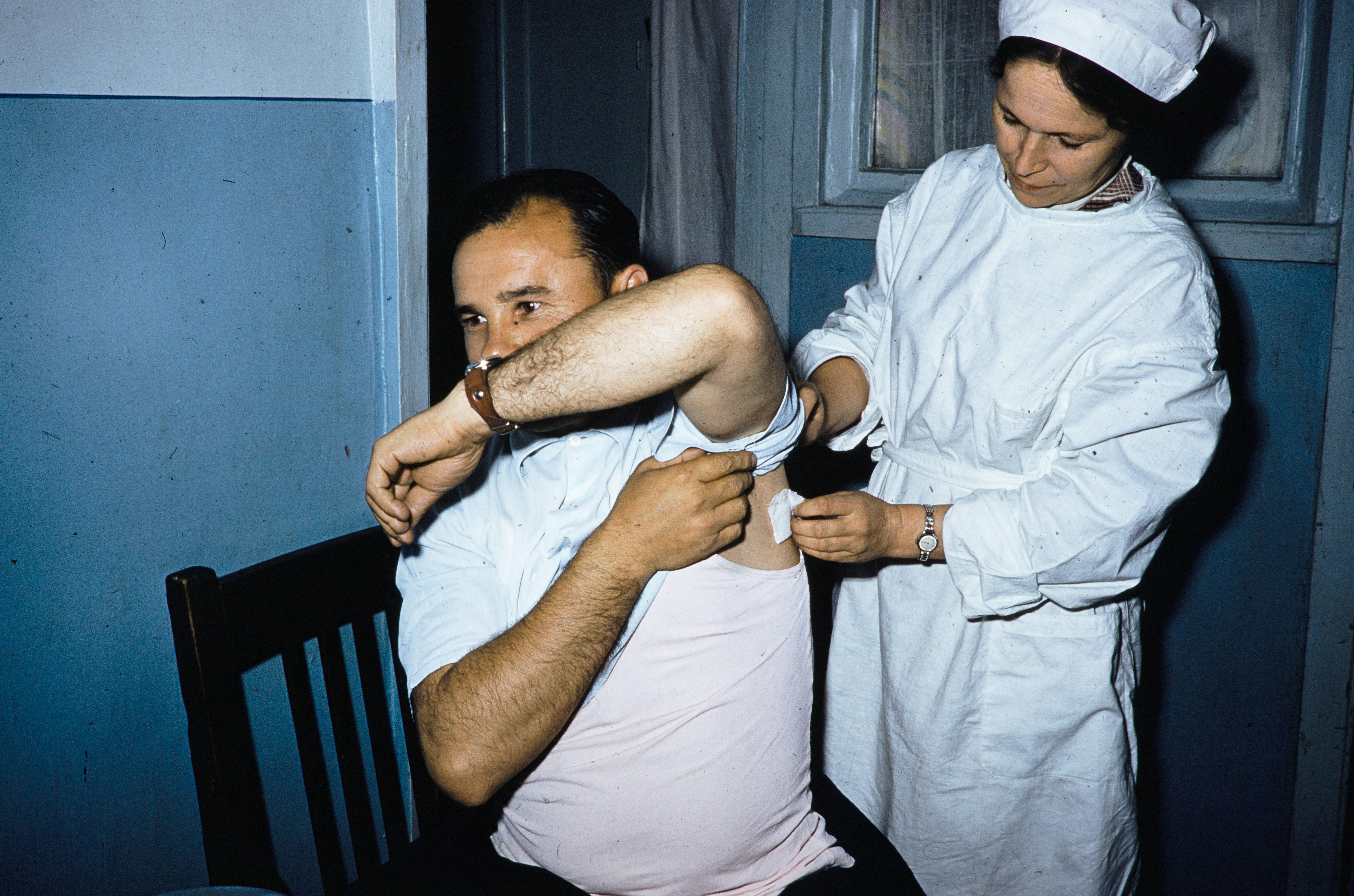 Мужчина, получающий медицинские услуги в местной поликлинике
