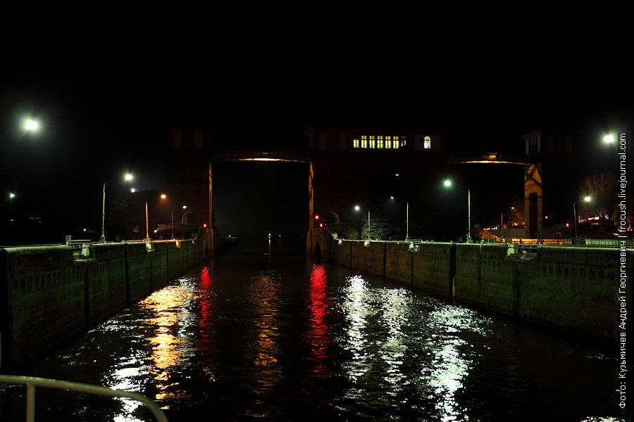 ночное фото теплоход Александр Бенуа в правой камере Рыбинского шлюза