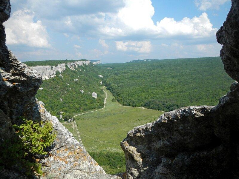 Вид на юго-восток из пещеры в Эски-Кермен