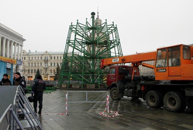 Монтаж главной елки Киева 23 ноября