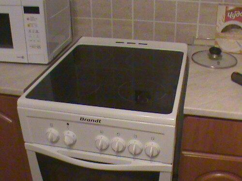 Фото 24. Установка электроплиты на место. Плита выступает внутрь пространства кухни относительно столешниц кухонного гарнитура.