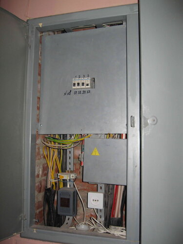 Фото 5. Этажный щит. Открыта дверь отделения, в котором расположены вводные автоматы квартир. В нижней части отделения расположен дополнительный автомат, который, вероятно, ранее находился вверху - на общей линейке.
