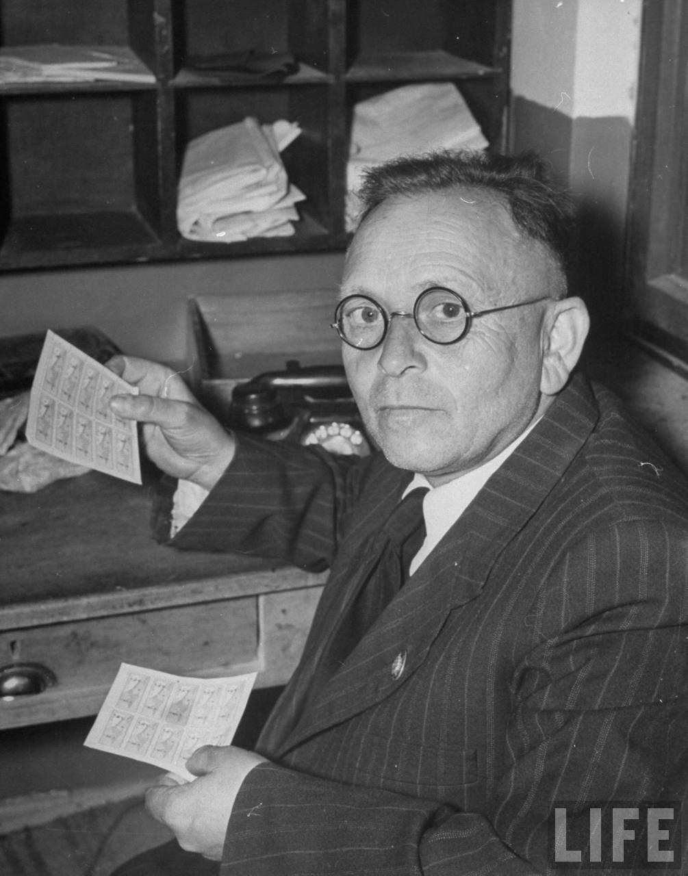 1948. Почтмейстер Александр Нейгер с образцами новых марок