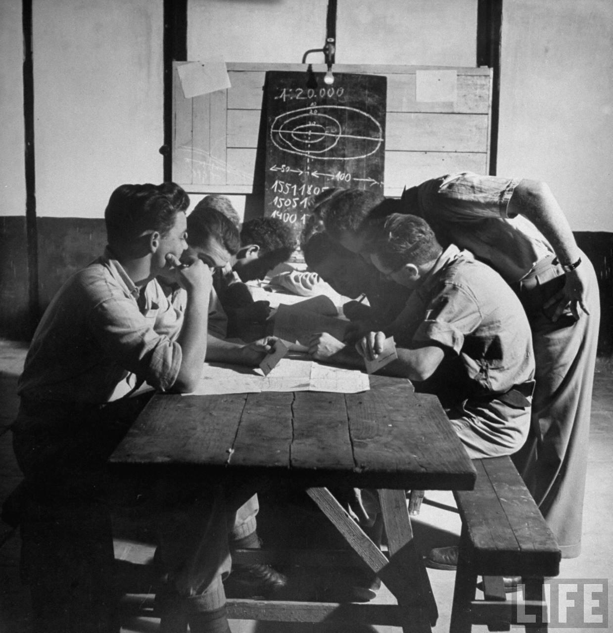 1948. Члены «Хаганы» в классе топографии