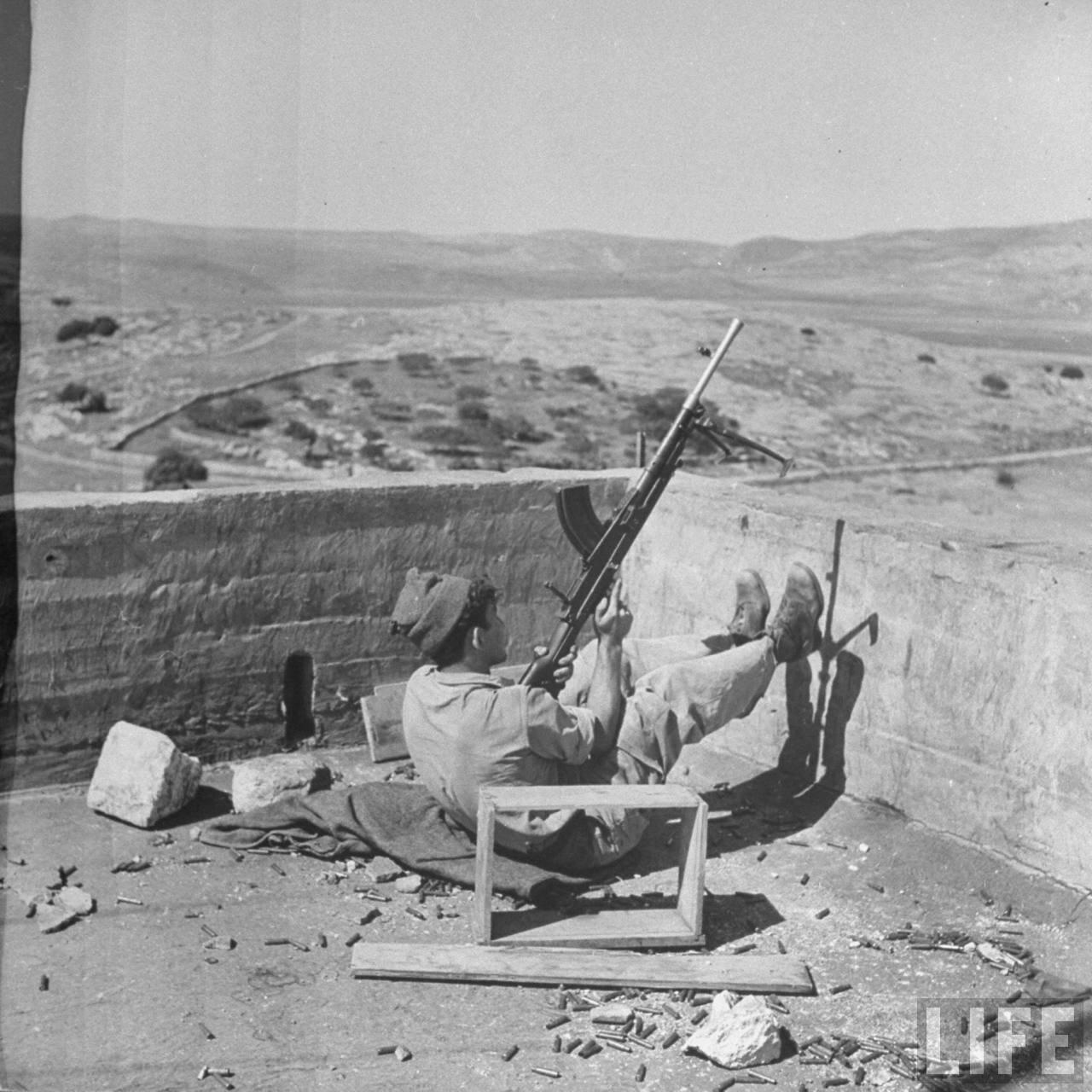 1948. Израильский солдат на боевом посту