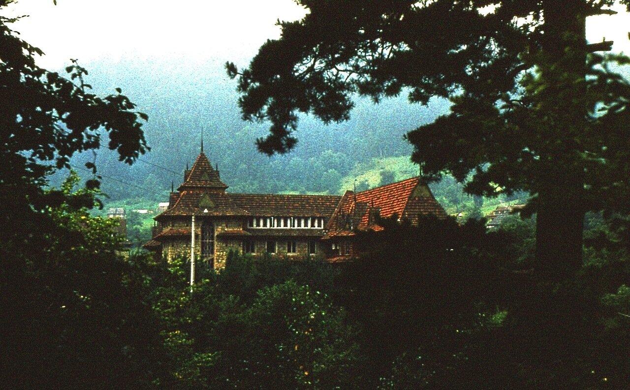 15.  Отель в горах