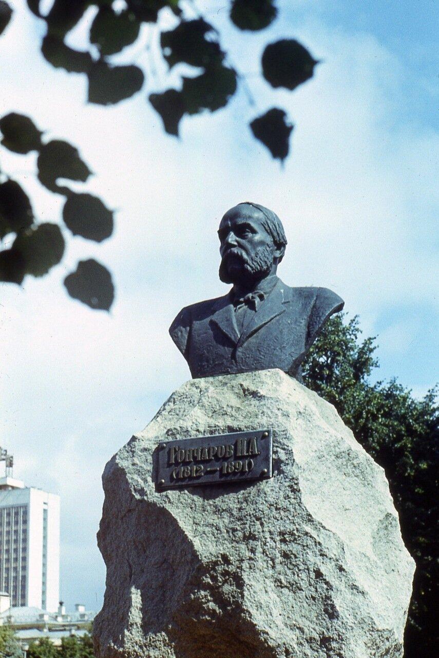 92.  Памятник И.А.Гончарову