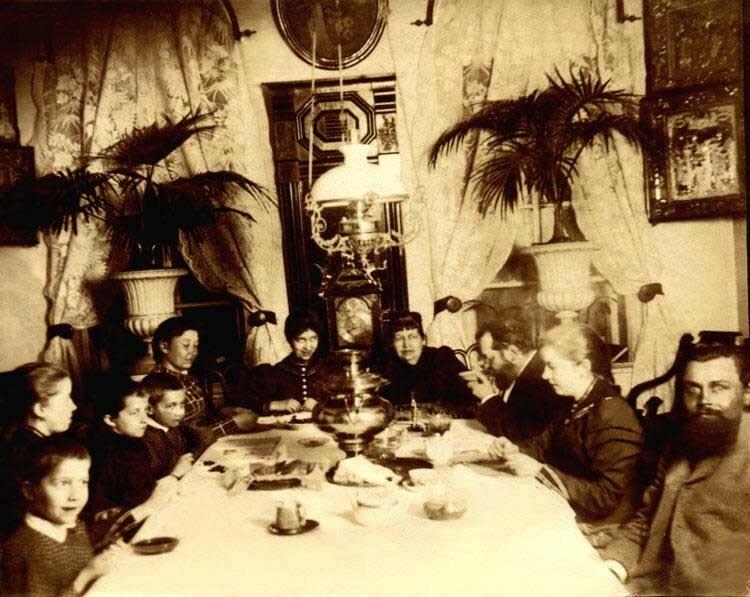 Вечернее чаепитие после праздничного обеда в семье владельца ширингушской фабрики