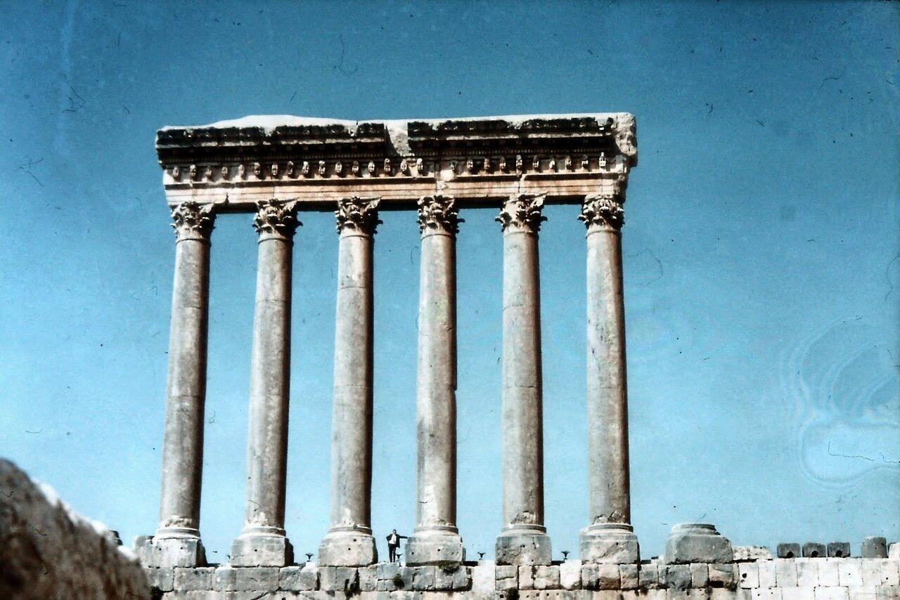 La ville antique, située dans le nord de la plaine de la Békaa, est composée de ruines de l'époque gréco-romaine, avec des traces plus anciennes de l'époque sémitique