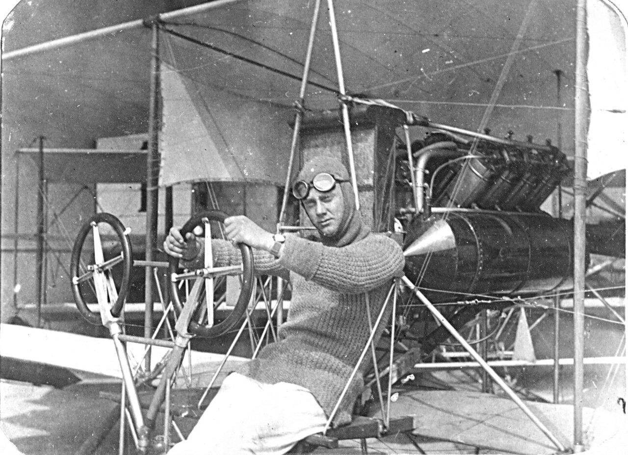 1911. Летчик морской авиации на самолете Кертис. Севастополь