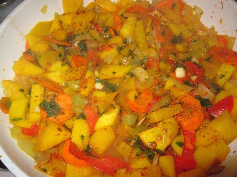 Тушенная тыква с овощами и пшеном