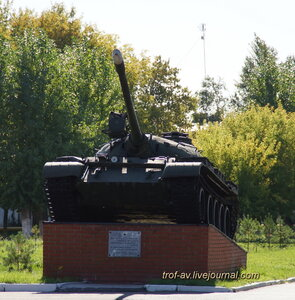 Танк Т-55А на пъедестале возле общежития, ОВТИУ-ОТИИ, Омск