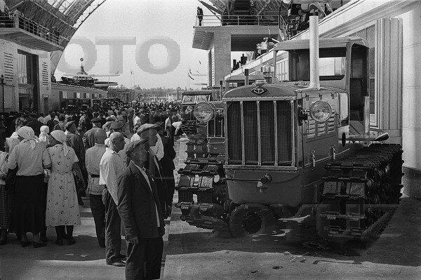 Трактор Сталинградского Тракторного Завода, павильон Механизация и электрификация сельского хозяйства СССР, 1939 г.
