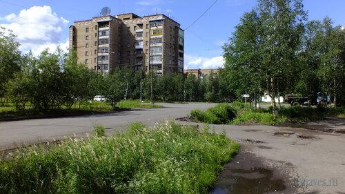 Фото города Инта №5107  Юго-восточный угол Куратова 22 (вид от северо-западного угла Дзержниского 4) 14.07.2013_13:37