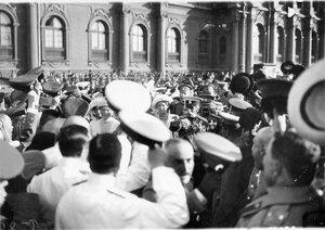 Император Николай II выходит из малого подъезда Зимнего дворца на набережную в направлении яхты Штандарт после чтения манифеста об объявлении войны.