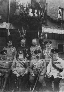 Группа офицерского состава полка во дворе казармы в день 100-летия Кульмской битвы (сидит 2-й справа - профессор Николаевской академии Генерального штаба А.К.Байов).