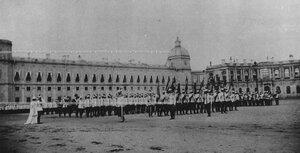 Парад   полка на плацу  перед Гатчинским дворцом в присутствии императора Николая  II и императрицы Марии Федоровны.