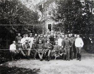 Группа офицеров полка с гостями в минуту отдыха.