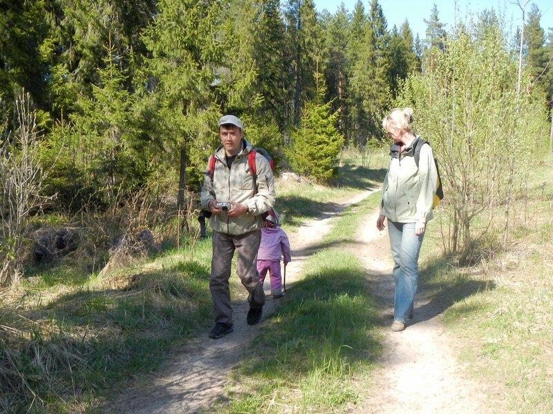Антон, Катя и Динка на лесной дороге