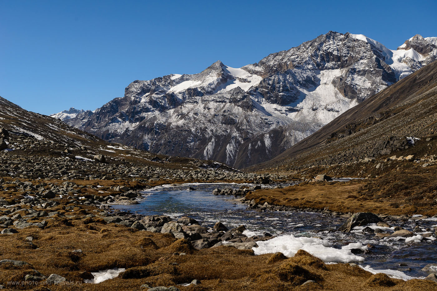 Фото 7. Вид на гору, с которой мы приехали вYumesamdong. За ней – долинаYumthangValley. Поездка из Гангтока на север Сиккима. Отчет о самостоятельном путешествии по Индии. 1/800, -1.0, 8.0, 250, 56.