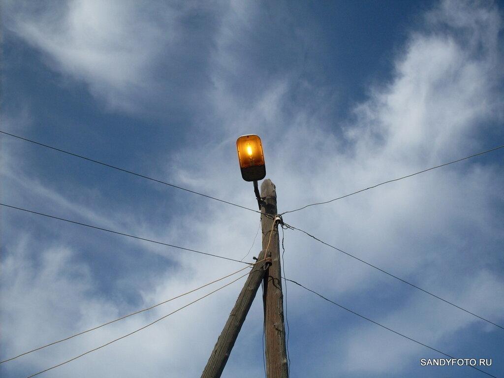 Уличный фонарь, который освещает небо