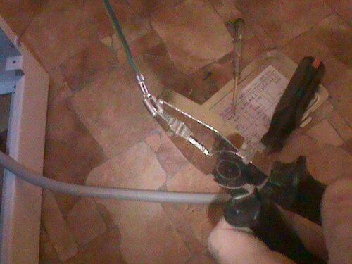 Фото 16. Разболтанность ответных частей ножевых клемм («мам») устраняется с помощью поджатия их контактных частей плоскогубцами.