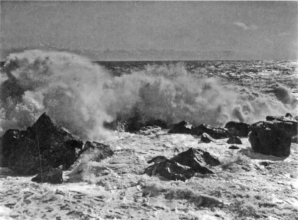 Прибой в бурю у Рыбачьей пристани в Алупке