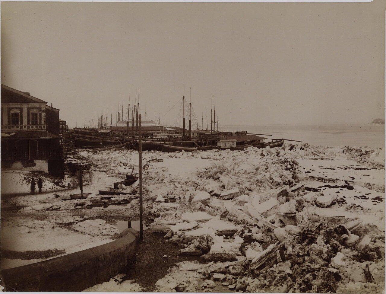 Волжские виды. Ледоход. Крушение каравана на Сибирской пристани в Нижнем Новгороде. 1893