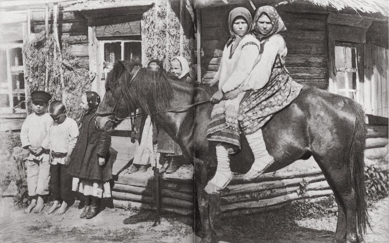 Дети на деревенской улице. Начало XX в.