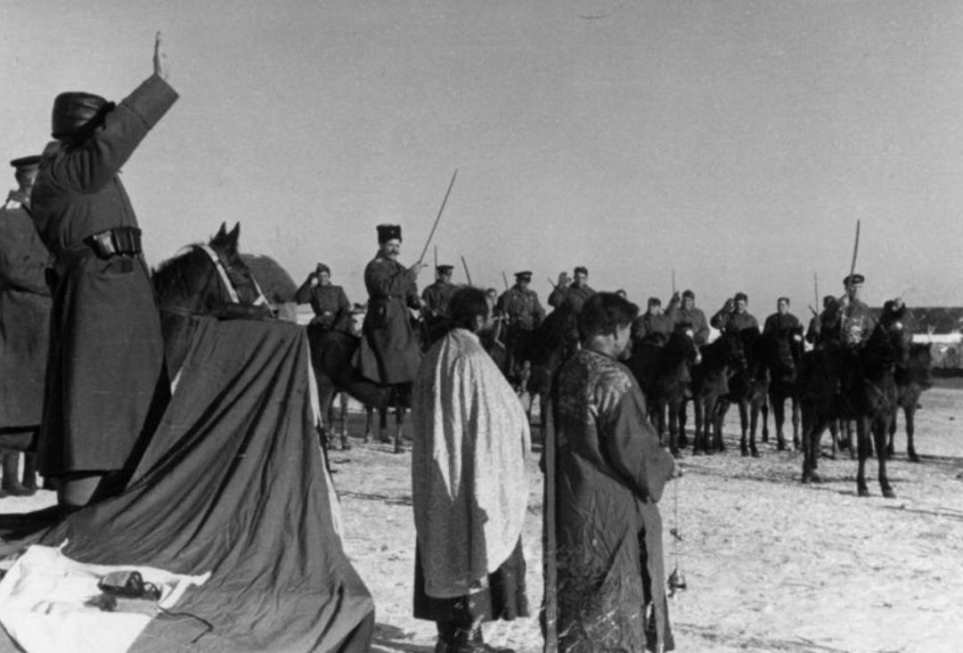 1943. Русские казаки в вермахте во время благословения (священники на переднем плане)