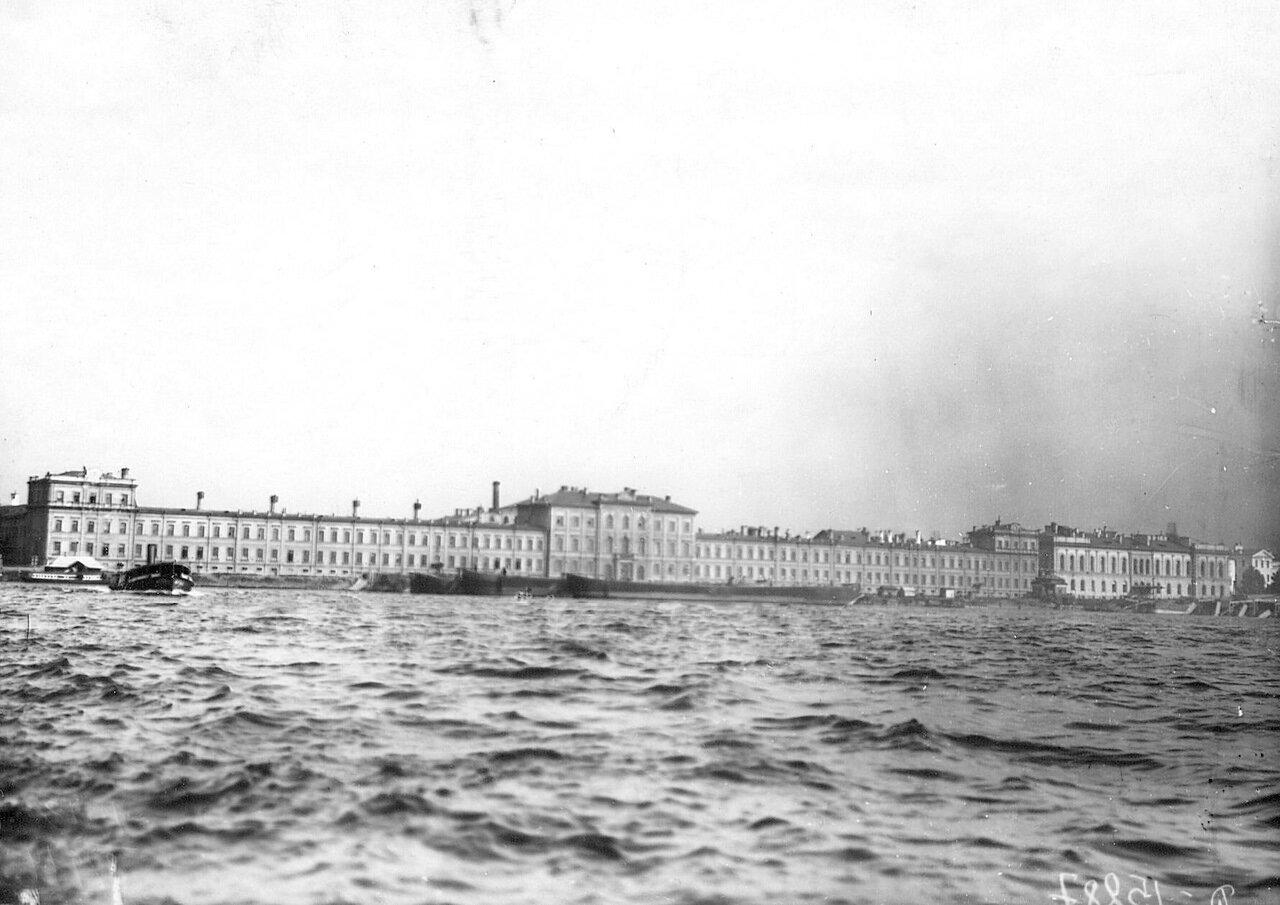 01. Вид здания академии со стороны Невы