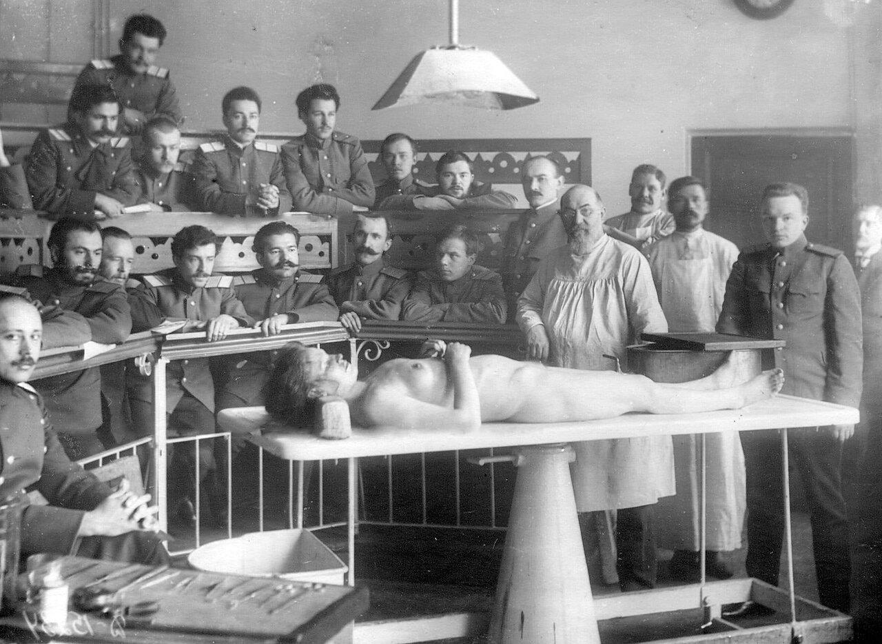 56. Группа слушателей академии на занятиях по анатомии