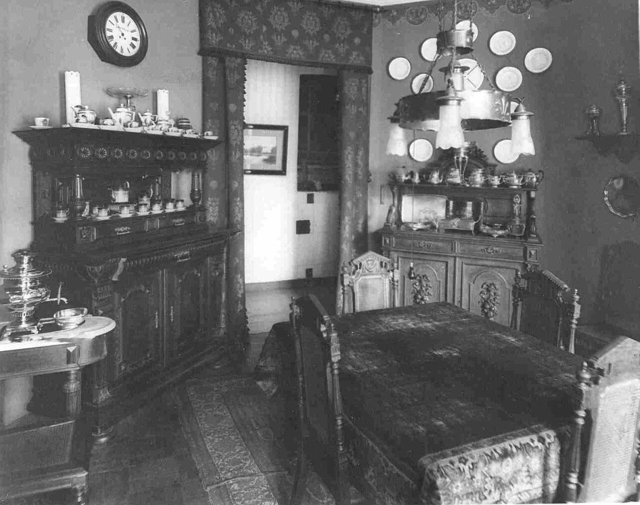 Уголок столовой в квартире барона Икскуля