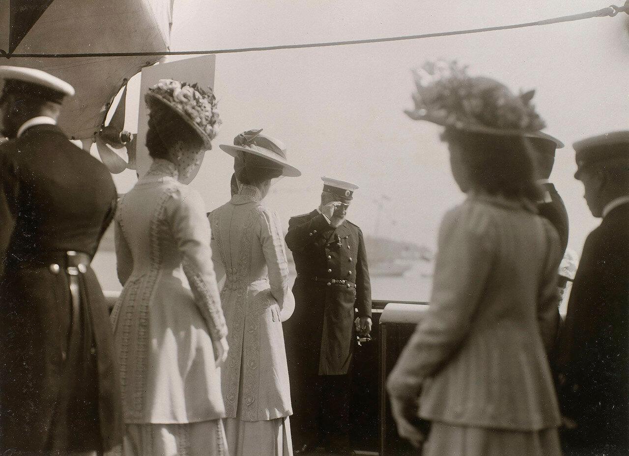 13. Король Эдуард VII и другие члены королевской и императорской семей на палубе