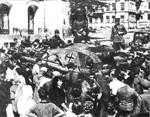 Жители Киева рассматривают трофейный StuG III. Лето 1941г.