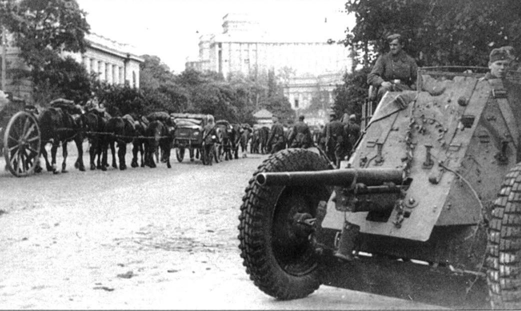 Немецкая 45-ммм пушка на ул. Кирова в Киеве.