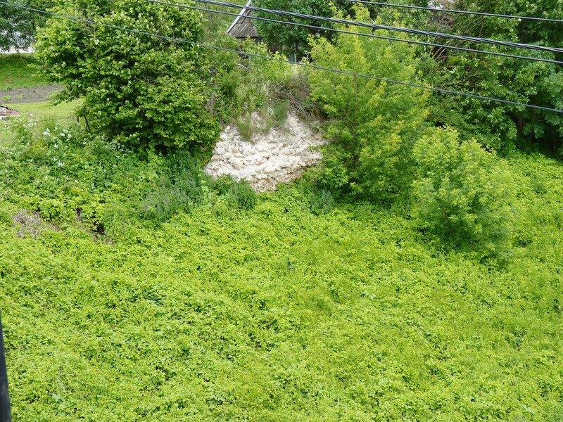 Остатки древних крепостных стен в Острове
