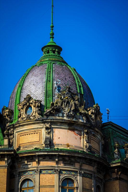 Фрагмент фасада с сидячей Статуей Свободы