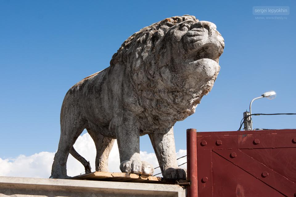 Главный вход на Байк-шоу охраняют львы
