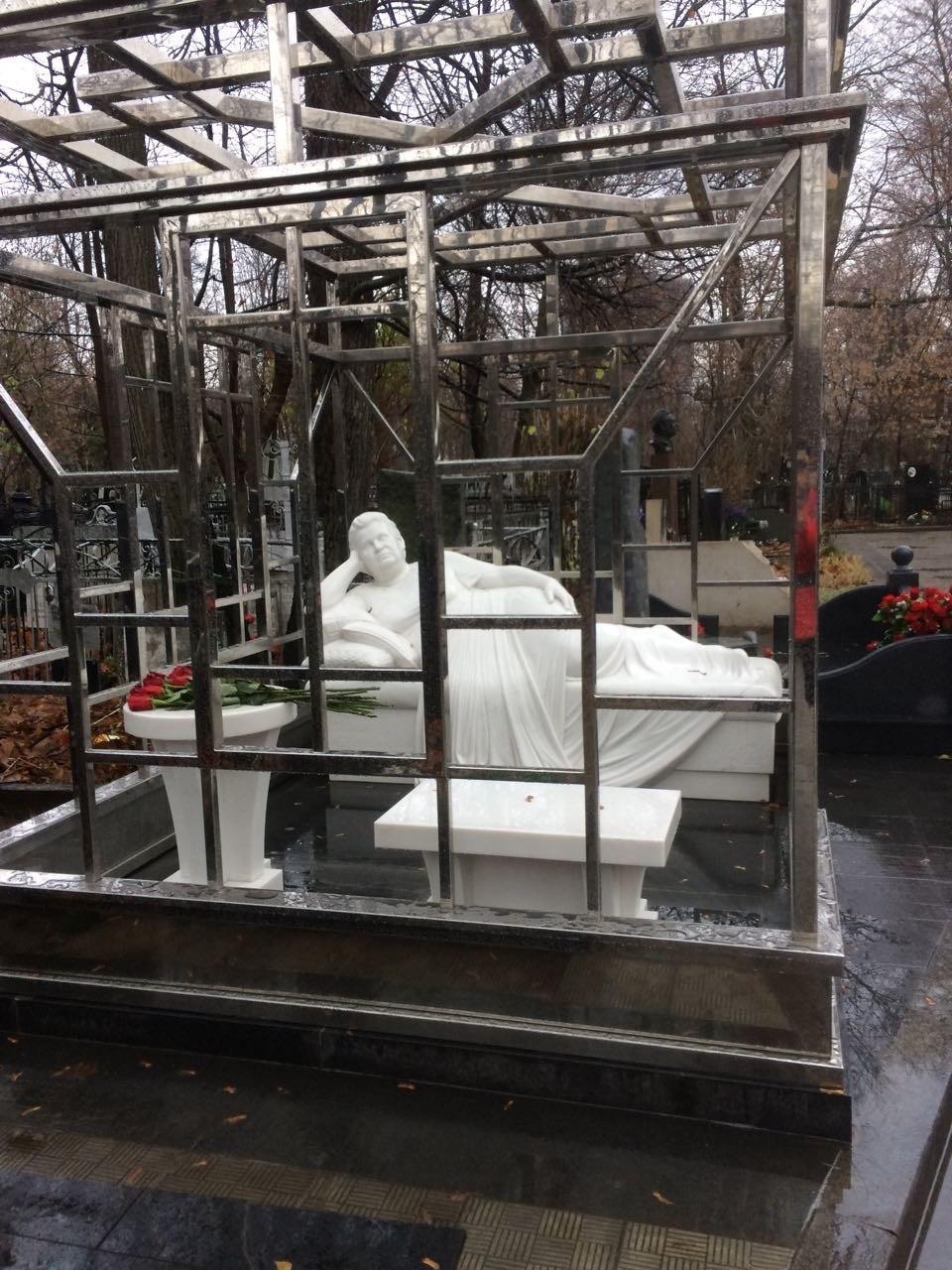Загадочная скульптура женщины, заточенная в клетке, появилась на Ваганьковском кладбище (3 фото)