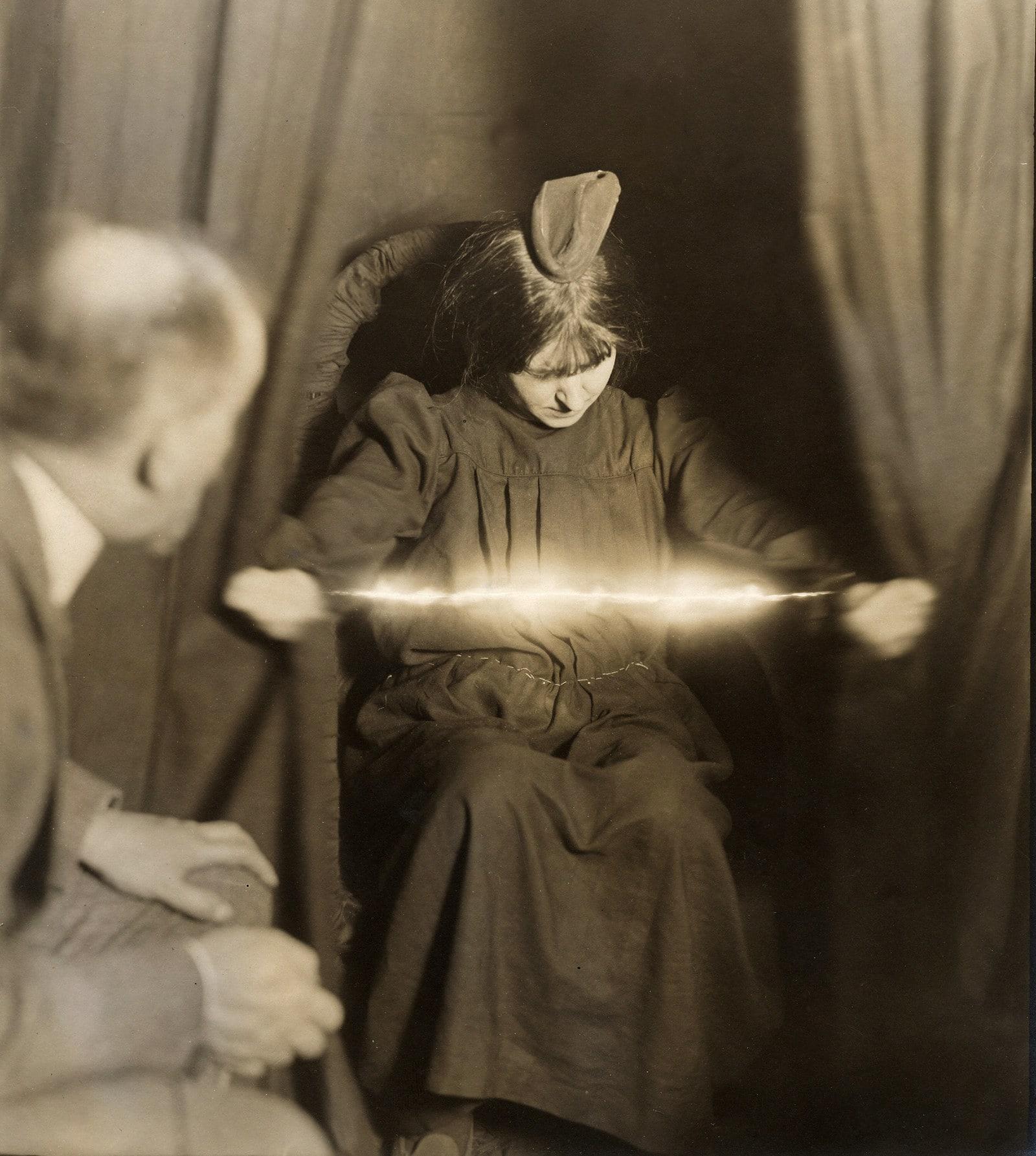 Коллекция продающихся стеклянных глаз, около 1900 года.