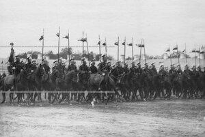 Лейб - эскадрон улан во время церемониального марша на параде полка.