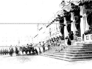 Члены императорской фамилии и старшие  офицеры  полка на плацу перед Екатерининским дворцом принимают парад полка.