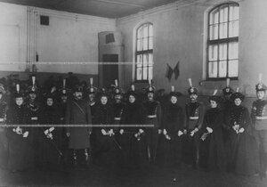 Группа офицеров бригады и дамы, одетые для верховой езды, в помещении манежа.